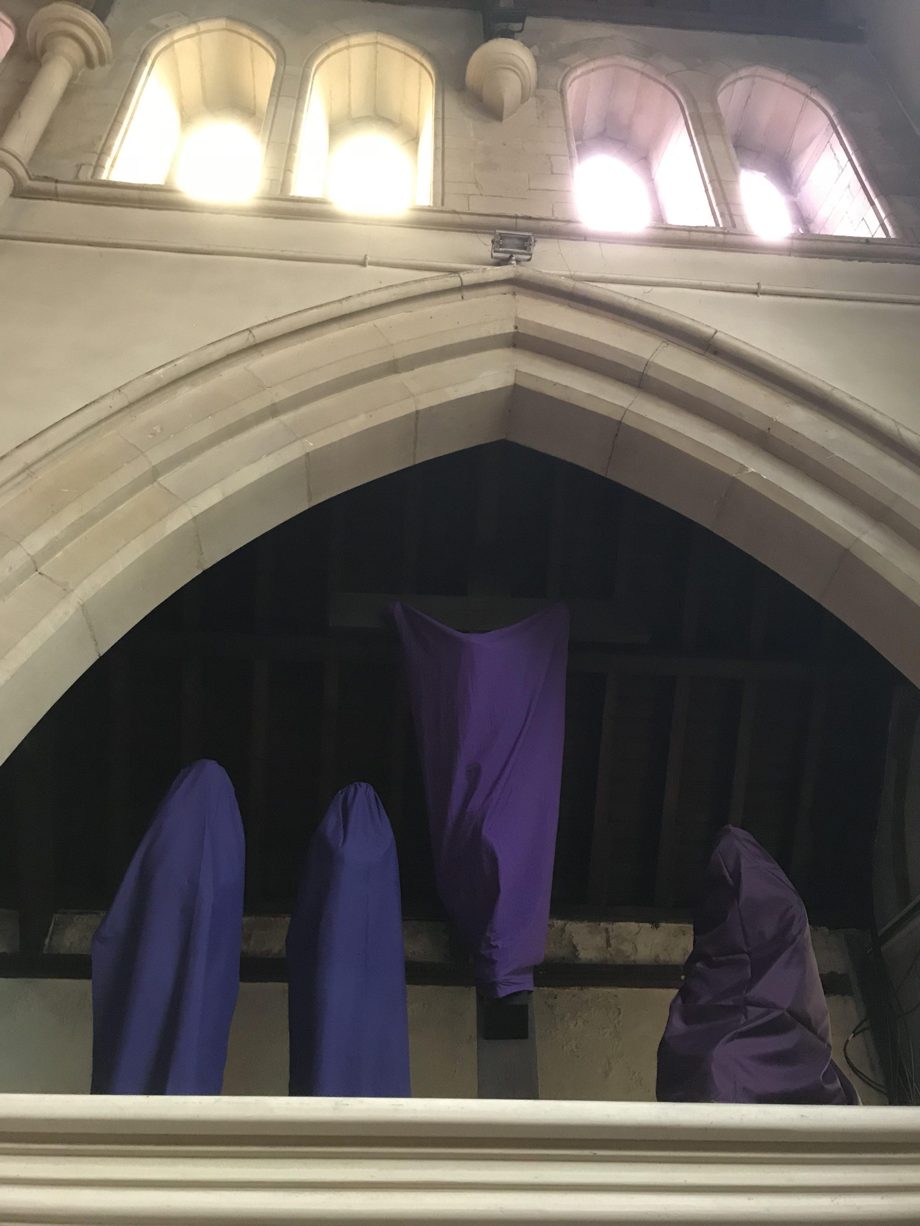 depuis le dimanche de la Passion (une semaine avant les Rameaux) et jusqu'au Gloria de la messe de Pâques  toutes les statues et Croix sont voilées, en signe du deuil que porte l'Eglise, ne laissant apparaître que le chemin de croix,.