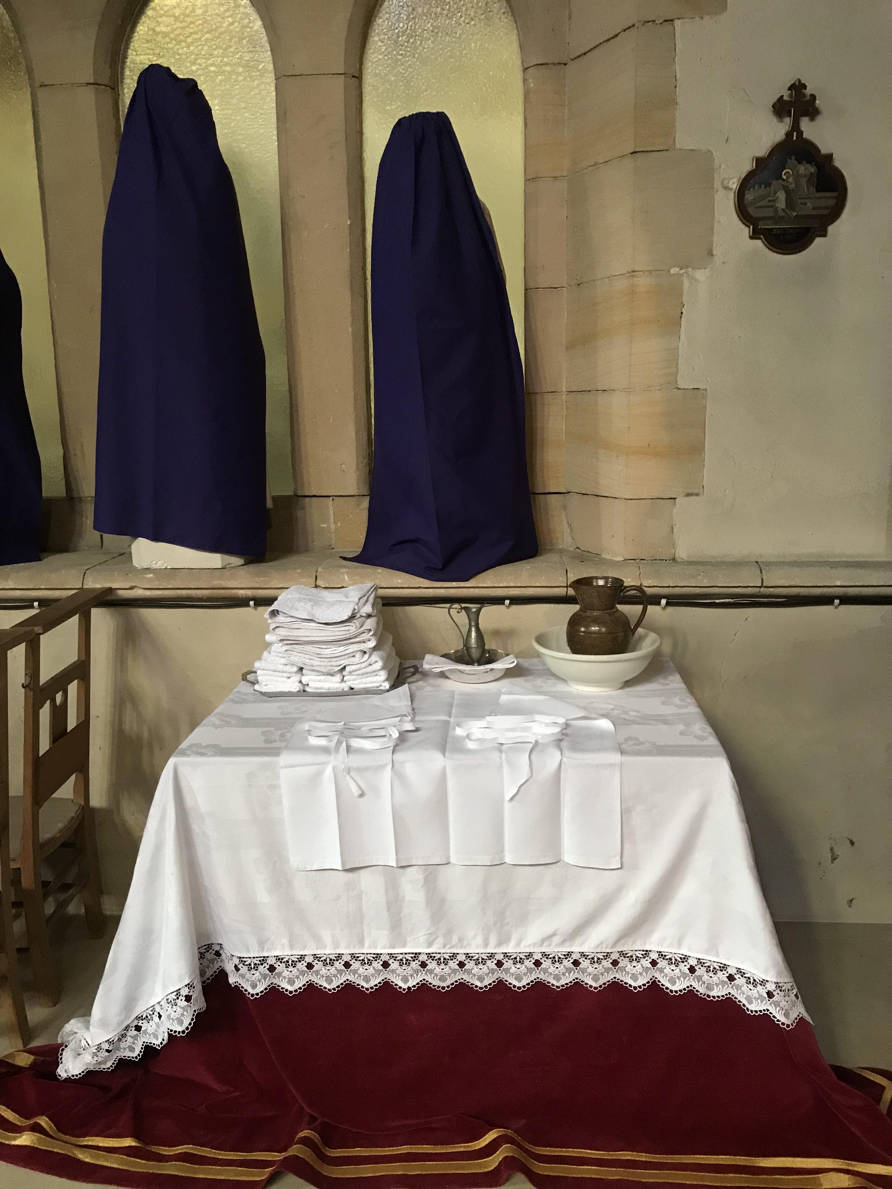 crédence pour le lavement des pieds ( Mandatum ) le prêtre, imitant ainsi Notre Seigneur, lavera les pieds de 12 hommes.