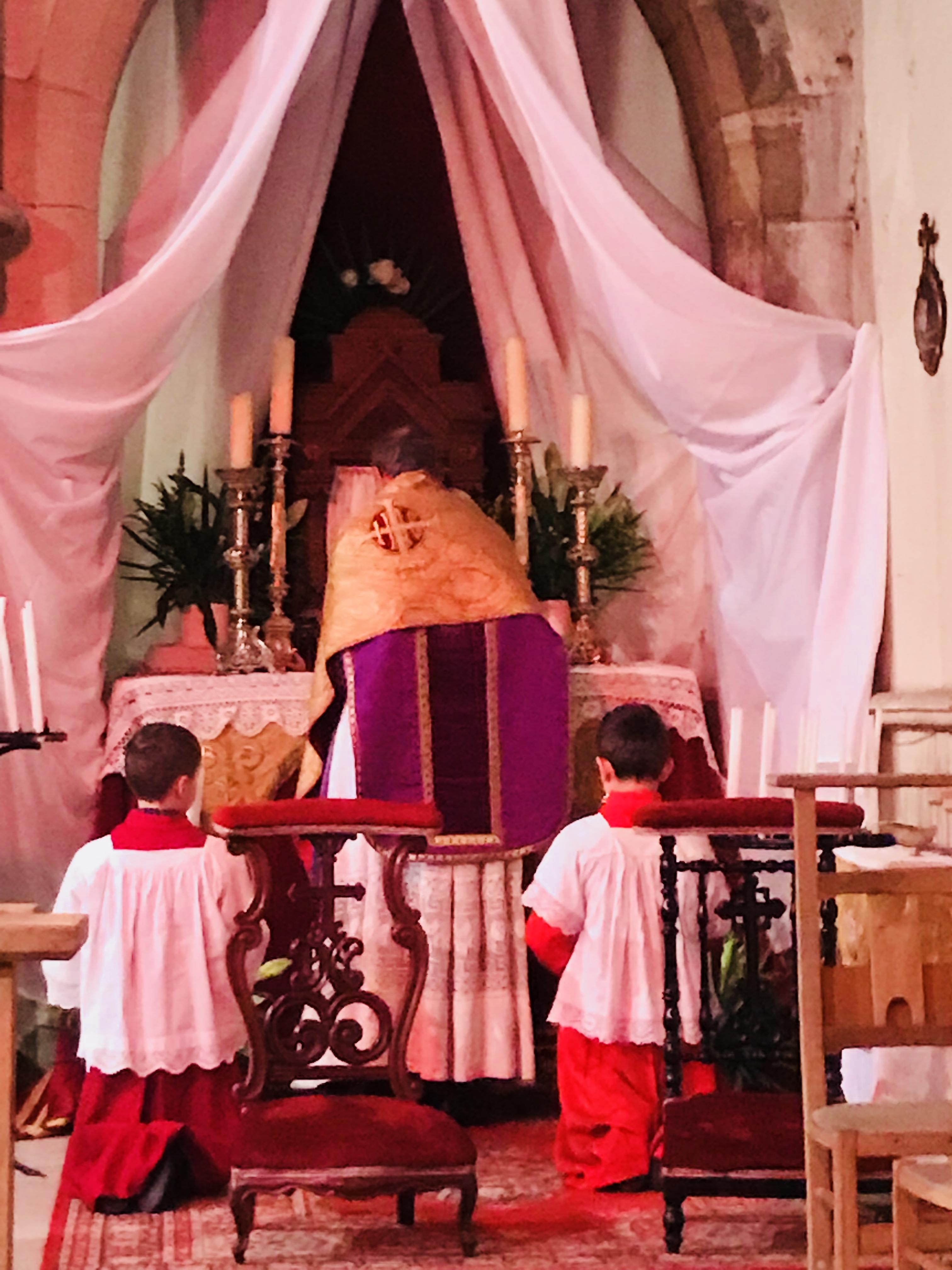 vendredi saint: Le prêtre va chercher le Saint Sacrement au reposoir