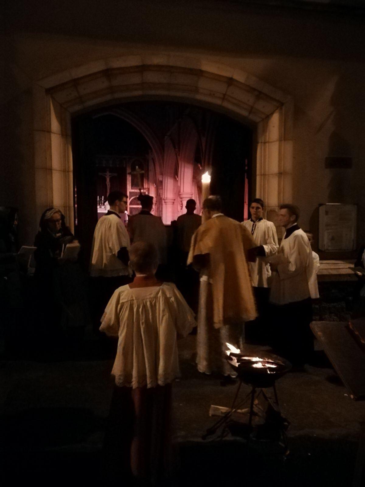 """entrée en procession dans l'eglise : """" lumen christi"""""""