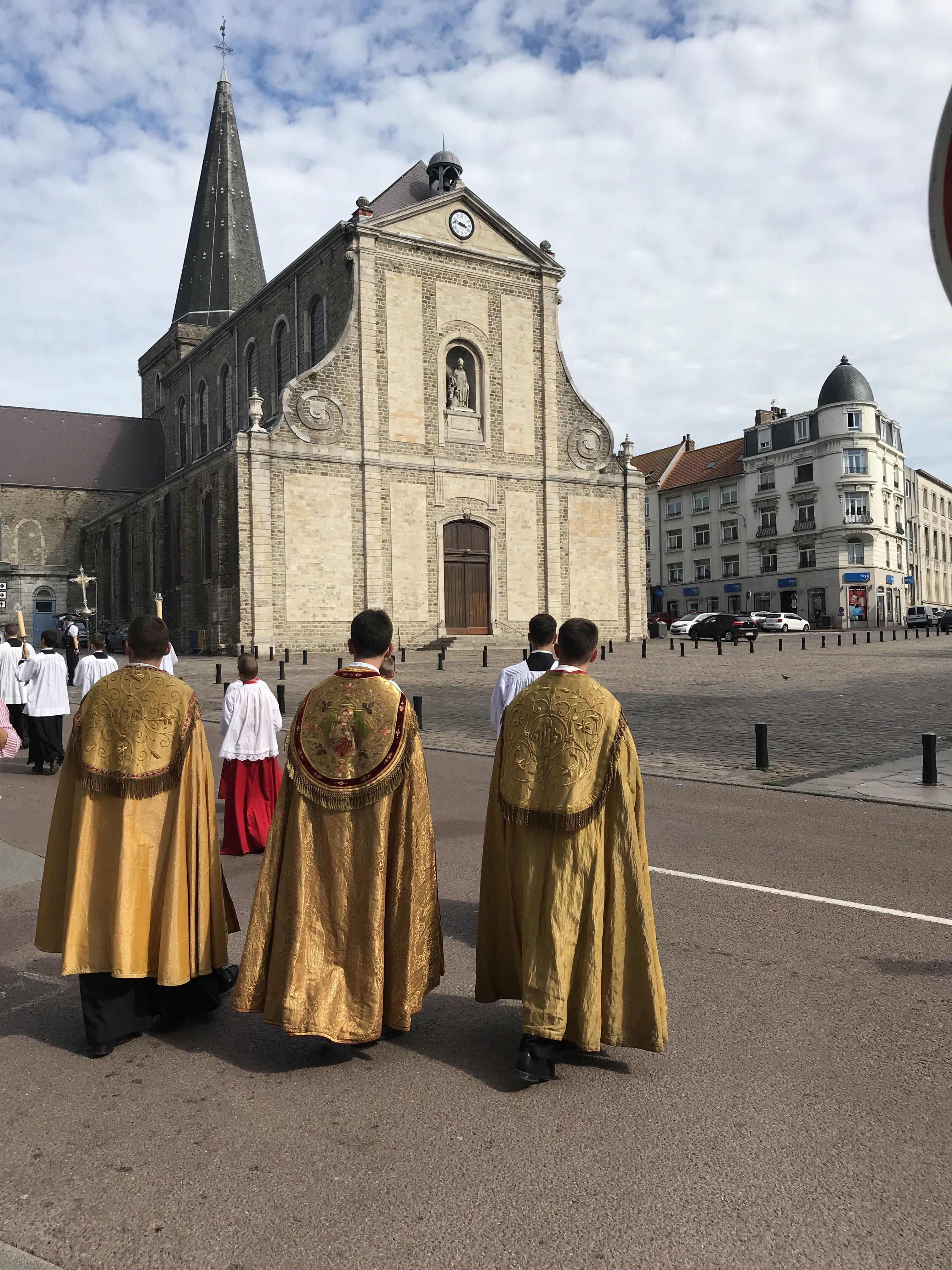 Le clergé devant l'église Saint Nicolas ( place Dalton)