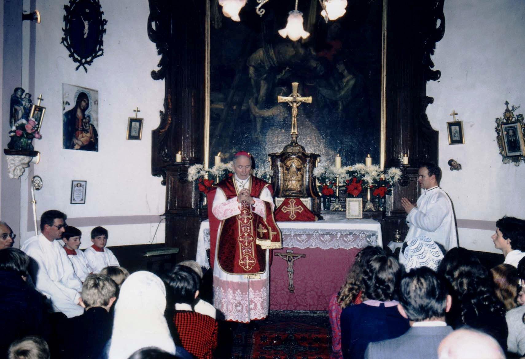 Mgr Lefebvre à la chapelle du Château d'Ordre, à Macquinghem à Baincthun