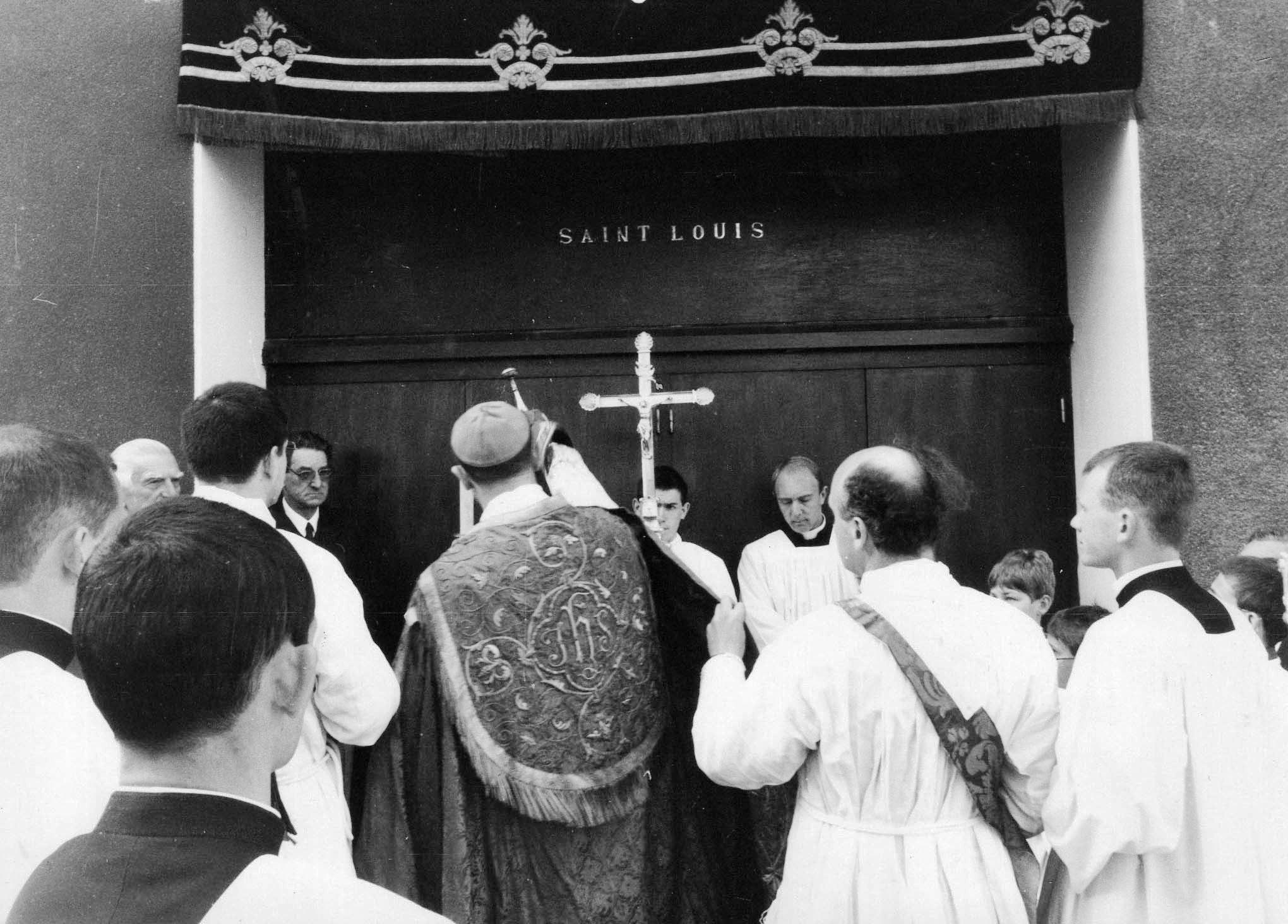 bénédiction de l'église par Monseigneur Fellay. ( ancienne porte de l'église)