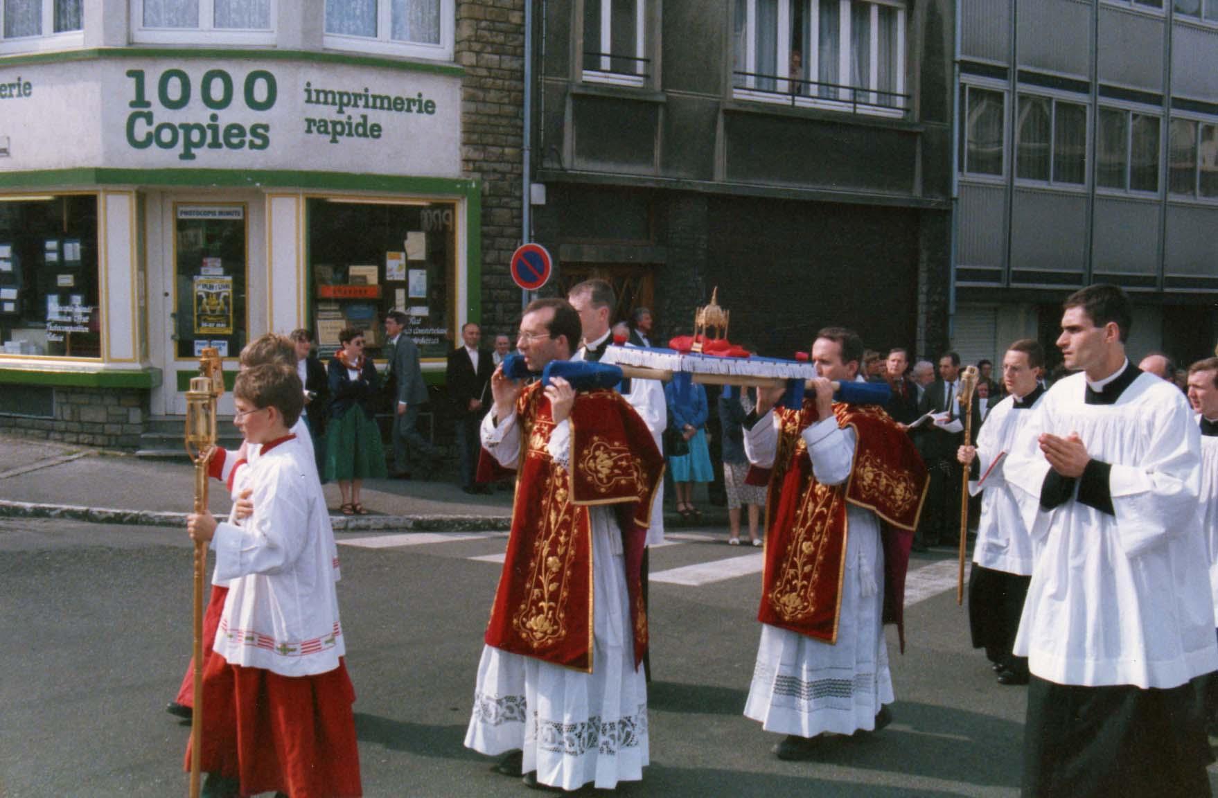 Procession des reliques du futur autel de l'église.