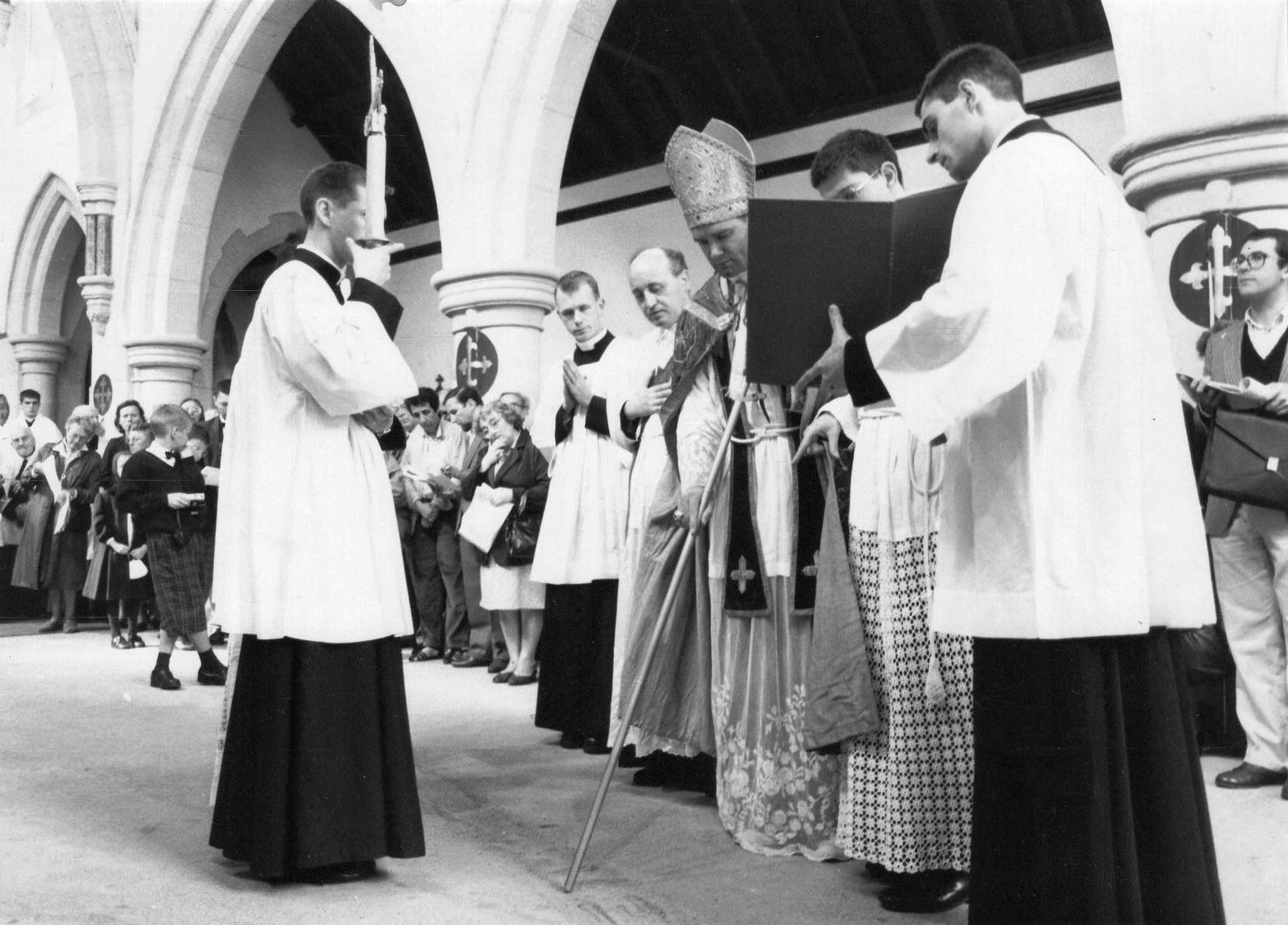 consécration de l'église. Mgr Fellay trace l'alphabet en Grec et en Latin sur le sol de l'église.