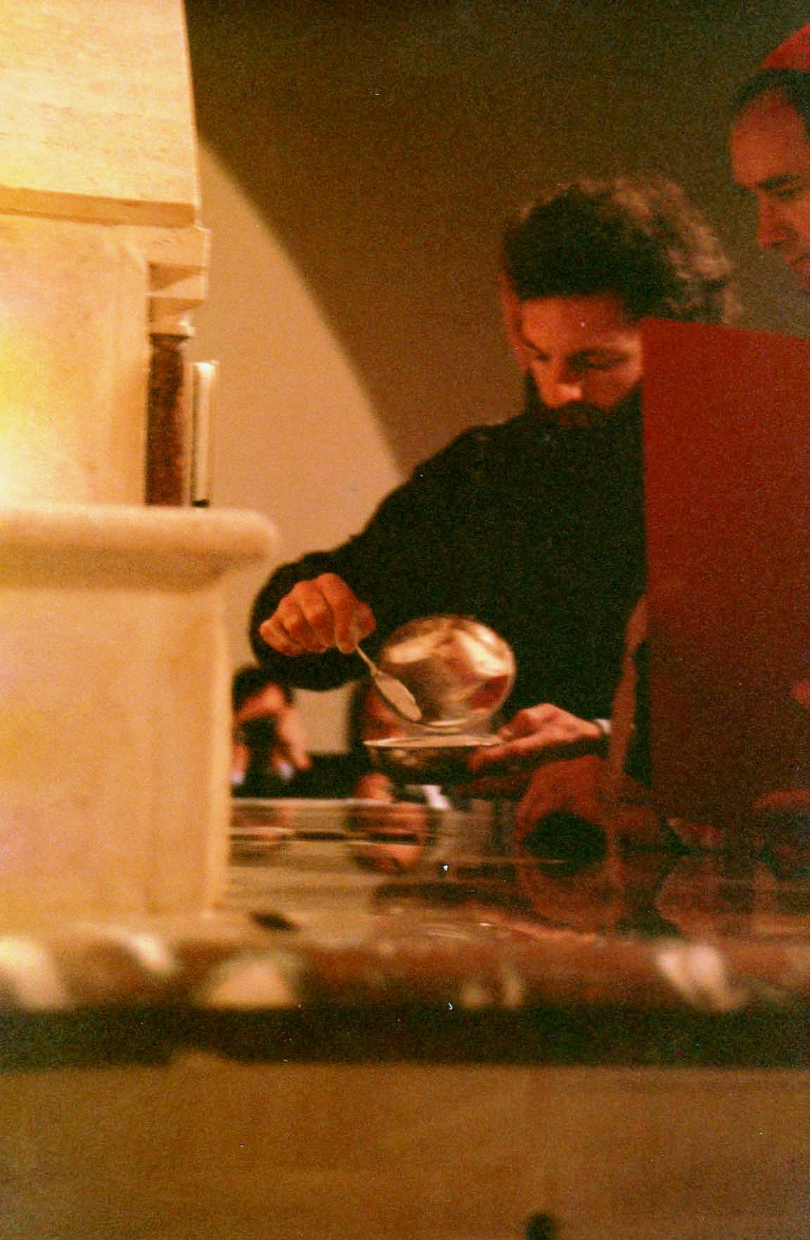 le maçon scelle les reliques dans l'autel