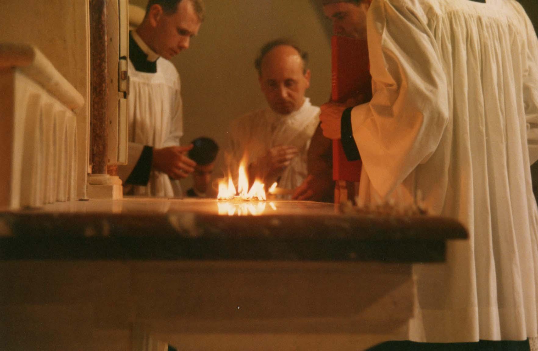 embrasement des grains d'encens sur l'autel