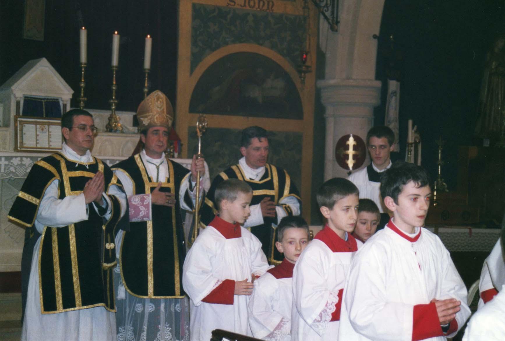 Mgr de Galarreta, l'abbé michel Maignant à sa droite,  et l'abbé Olivier Berteaux directeur de camblain à sa gauche.