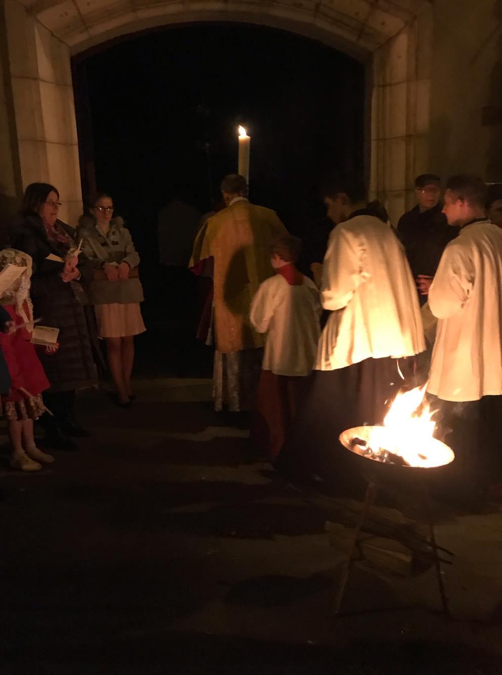 procession d'entrée dans l'église plongée dans l'obscurité.